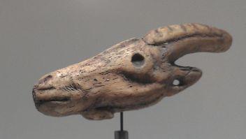 Cabeza de cabra tallada sobre asta de ciervo. Cueva Tito Bustillo